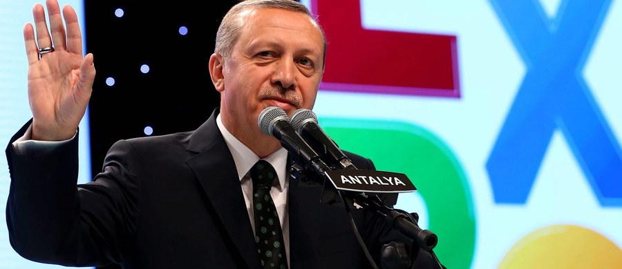 Holenderska dziennikarka pochodzenia tureckiego Ebru Umar została w nocy z soboty na niedzielę zatrzymana przez policję w swym domu w Kusadasi na zachodzie Turcji i przesłuchana. Umar umieszczała krytyczne wpisy na Twitterze na temat prezydenta kraju.