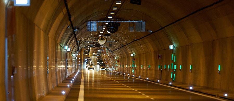Kierowcy mogą już korzystać z tunelu pod Martwą Wisłą w Gdańsku. Przeprawa połączyła Trasę Słowackiego z Trasą Sucharskiego. Jako pierwsze przejechały nią m.in. zabytkowe pojazdy. Z powodu otwarcia tunelu wprowadzono zakaz wjazdu ciężarówek do śródmieścia.