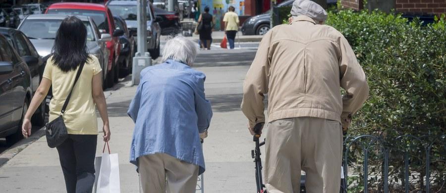 """Niemiecka minister pracy Andrea Nahles popiera """"elastyczny"""" wiek emerytalny dopasowany do indywidualnych warunków. """"Każdy powinien móc sam zdecydować, kiedy odejdzie na emeryturę"""" - powiedziała Nahles w rozmowie z """"Bild am Sonntag"""". Obecnie Niemcy realizują program stopniowego podnoszenia do 67 lat wieku emerytalnego."""