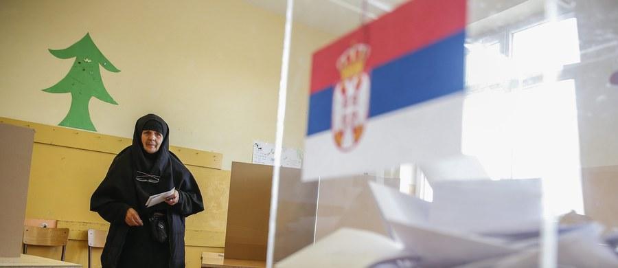 W Serbii odbywają się przedterminowe wybory parlamentarne – trzecie w ciągu czterech lat, tym razem bardzo ważne na drodze kraju do Unii Europejskiej. Największe szanse na wygranie ma rządząca obecnie Serbska Partia Postępowa (SNS) premiera Aleksandra Vuczicia.