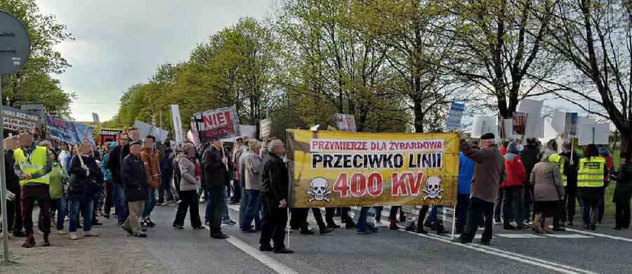 W Słabomierzu na Mazowszu na trasie Żyrardów-Mszczonów mieszkańcy zablokowali drogę. Protestują przeciwko budowie linii wysokiego napięcia. Informację i zdjęcia dostaliśmy na Gorącą Linię RMF FM.
