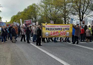 """Mieszkańcy protestują przeciwko budowie linii wysokiego napięcia. Krajowa """"50"""" zablokowana"""
