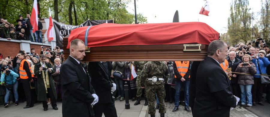 """Zygmunt Szendzielarz """"Łupaszka"""", legendarny żołnierz podziemia antykomunistycznego, został w niedzielę – 65 lat po śmierci - pochowany z wojskowym ceremoniałem na Wojskowych Powązkach. """"To przywracanie godności Polsce"""" - mówił prezydent Andrzej Duda."""