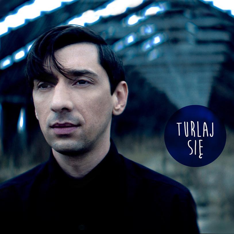 """Poniżej możecie zobaczyć teledysk """"Turlaj się"""", będący zapowiedzią nowego albumu Kovalczyka."""