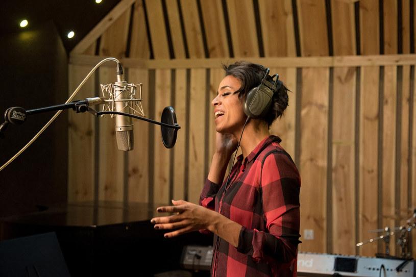 """Występująca obecnie w programie """"Twoja twarz brzmi znajomo"""" Aleksandra Szwed pracuje nad nowym materiałem w studiu."""