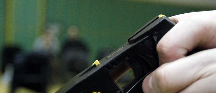 Ponad 400 razy brytyjscy policjanci użyli w ubiegłym roku paralizatorów wobec dzieci - alarmuje kontrolująca działanie funkcjonariuszy organizacja społeczna. W prawie sześćdziesięciu przypadkach obezwładnione w ten sposób osoby miały mniej niż 14 lat.