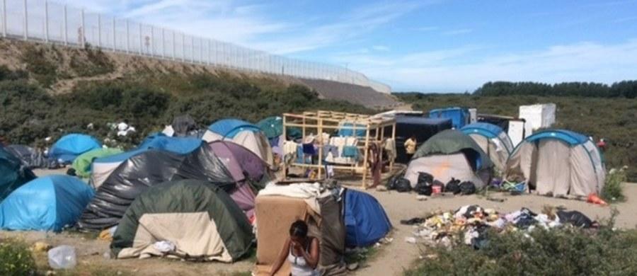 """Przynajmniej 64 proc. Francuzów twierdzi, że uchodźcy przyjeżdżający z Bliskiego Wschodu i Północnej Afryki są """"głównym źródłem przestępczości"""" – wskazuje najnowszy sondaż. Francuzi są coraz bardziej negatywnie nastawieni do nielegalnych imigrantów."""