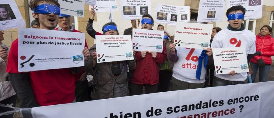 Dwaj byli księgowi światowego giganta konsultingowego PwC oraz dziennikarz stanęli przed sądem w otwartym procesie w Luksemburgu jako oskarżeni o ujawnienie tamtejszego systemu unikania opodatkowania przez duże międzynarodowe firmy. Francuzi są oskarżeni o doprowadzenie do wycieku i ujawnienie blisko 30 tys. dokumentów dotyczących rozliczeń podatkowych wielkich korporacji zarejestrowanych w Luksemburgu.