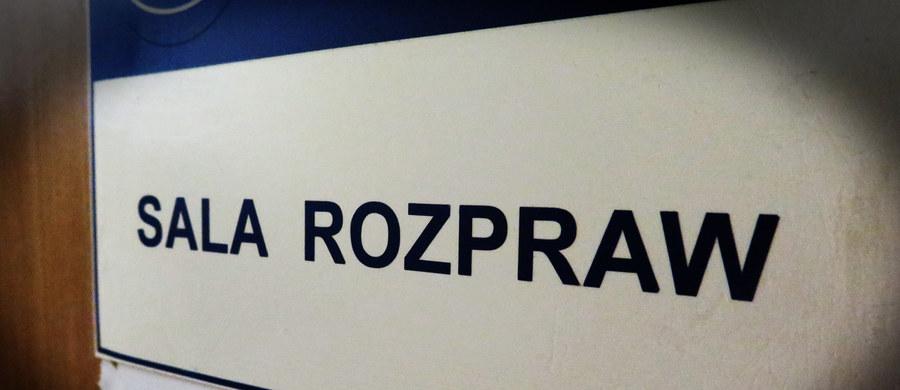 W rzeszowskim sądzie okręgowym ruszył proces 23-latka oskarżonego o zabójstwo matki. Adam K. miał ją zamordować w kwietniu ubiegłego roku w domu w Boguchwale. Przebieg procesu utajniono - informuje serwis nowiny24.pl.