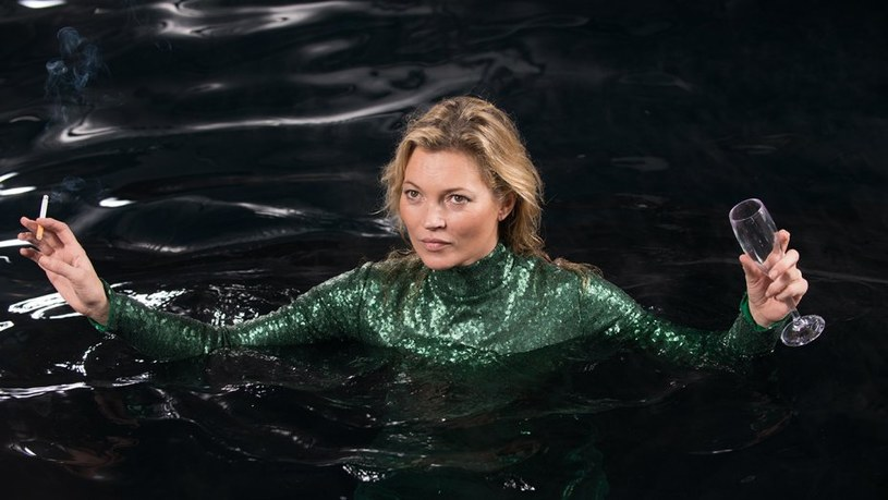 """Śmierć supermodelki Kate Moss to pomysł na zawiązanie akcji w kinowej wersji popularnego serialu BBC """"Absolutnie fantastyczne"""". Pojawił się właśnie pierwszy zwiastun produkcji, w której w gościnnych epizodach zobaczymy na ekranie około 60 celebrytów i gwiazd show-biznesu."""