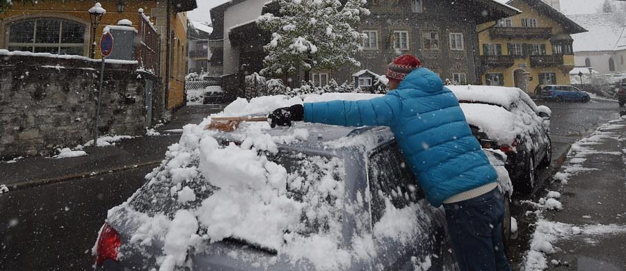 Ponad 6,5 tys. gospodarstw domowych w południowej Austrii zostało pozbawionych prądu po tym, jak powalone przez śnieg drzewa zerwały linie energetyczne. W rolnictwie z powodu mrozu i opadów śniegu spodziewane są milionowe straty.