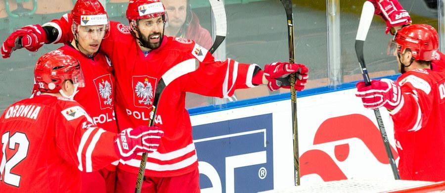 Biało-czerwoni hokeiści po zaskakującym zwycięstwie nad Austrią 1:0 w mistrzostwach świata Dywizji 1A wciąż mają szanse na awans do elity. Polacy jednak muszą też liczyć na pomoc ze strony innych reprezentacji.