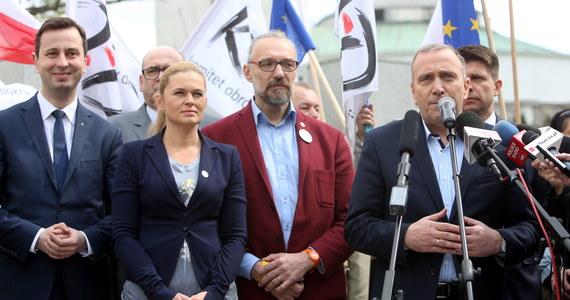 """Liderzy KOD, PO, Nowoczesnej, PSL i lewicy pozaparlamentarnej wzywają do udziału w marszu 7 maja i zamanifestowania przywiązania do wartości demokratycznych oraz pokazania nowoczesnego patriotyzmu. Marsz pod hasłem """"Jesteśmy i będziemy w Europie wyruszy o godz. 13 sprzed siedziby Trybunału Konstytucyjnego przy ul. Szucha. Jego uczestnicy przejdą na plac Piłsudskiego."""
