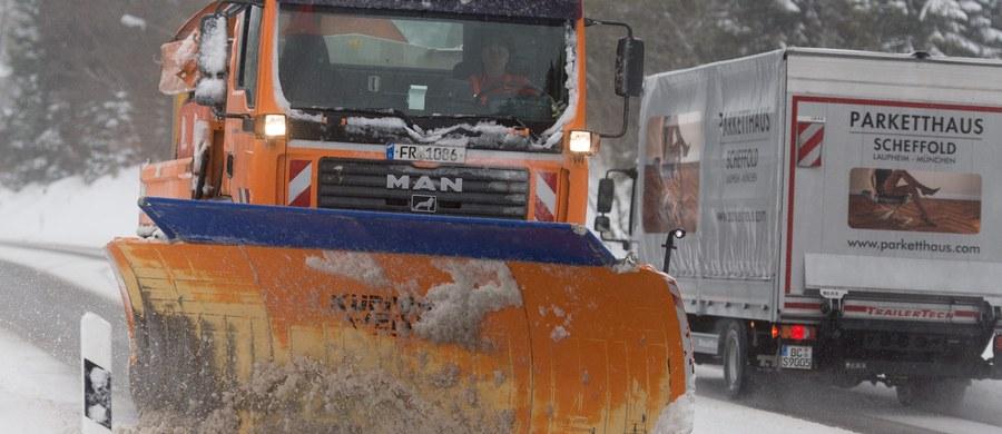 Około 9 tysięcy gospodarstw domowych w Karyntii - kraju związkowym na południu Austrii - było w czwartek rano pozbawionych prądu, ponieważ łamiące się pod ciężarem mokrego śniegu drzewa pozrywały linie energetyczne. Śnieżyce narażają tam na poważne kłopoty także kierowców.