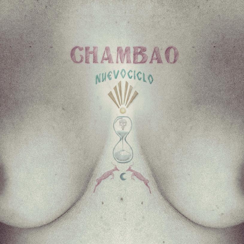 """Zaczęło się piętnaście lat temu - Chambao miało tworzyć nowoczesne, inne flamenco. Flamenco chill. Udało się, choć losy zespołu wcale nie były tak spokojne, jakby wskazywała na to nazwa stylu i słoneczne brzmienie muzyki. Po niemal całkowitym rozpadzie grupy, wygranej walce z rakiem wokalistki i skompletowaniu nowego składu, Chambao powracają z nową siłą, dojrzałością i spojrzeniem na muzykę flamenco. """"Nie chciałam się ograniczać, pragnęłam wnieść trochę zabawy do pracy w studio"""" - tłumaczy Lamari. Efekt zamierzony został osiągnięty - """"Nuevo Ciclo"""" faktycznie otwiera zupełnie nowy rozdział w historii Chambao."""