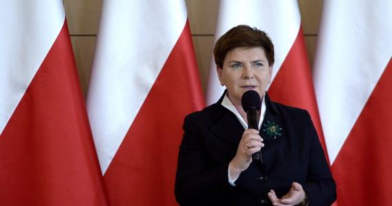 """Wtorkowe ekspresowe spotkanie Beaty Szydło z Jarosławem Kaczyńskim do miłych nie należało. Jak dowiedział się """"Fakt"""", prezes PiS w krótkich żołnierskich słowach zdyscyplinował premier. Zażądał od niej natychmiastowej realizacji obietnic, tak jakby nie rozumiał, że na wprowadzanie reform rząd potrzebuje pieniędzy i czasu - pisze tabloid."""