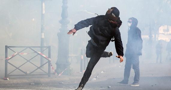 24 policjantów zostało rannych w czwartkowych starciach policji z uczestnikami protestów przeciwko reformie prawa pracy. Demonstracje odbyły się w 40 miastach Francji. Stan 3 funkcjonariuszy jest poważny – podał minister spraw wewnętrznych Bernard Cazeneuve. Zatrzymano i przesłuchano ponad 120 uczestników demonstracji.