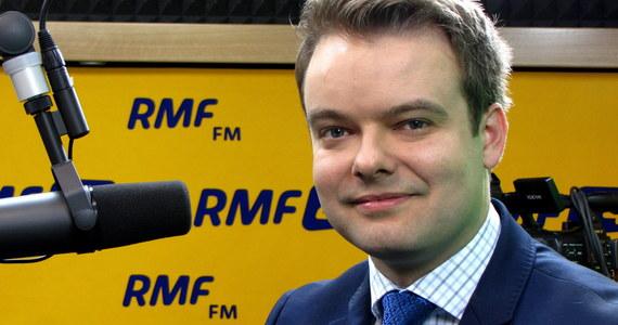 """""""Relacje premier-prezes PiS są bardzo dobre. Jeśli chodzi o wywiad prezesa, to powiedział, że nie należy popadać w samozachwyt i powinniśmy motywować się do tego, żeby skutecznie realizować program PiS"""" – mówi gość Kontrwywiadu RMF FM, rzecznik rządu Rafał Bochenek. Rząd Beaty Szydło eksperymentem? """"Słowa o eksperymencie potraktowałbym w szerszym kontekście. Eksperymentem był każdy rząd od początku lat 90. Był, jest i będzie"""" – odpowiada Bochenek. Rzecznik rządu pytany o rewolucję w PIT, składkach ZUS i NFZ odpowiada: """"Trwają prace i w najbliższym czasie będziemy chcieli przedłożyć założenia tej wielkiej reformy"""". """"Mamy nadzieję, że premier uda się pozytywnie zaskoczyć Polaków"""" – komentuje. Bochenek tłumaczy, że w tym momencie trwają rozmowy z ekspertami, analizy za i przeciw, """"żeby reforma wywarła pozytywne skutki dla polskiego społeczeństwa""""."""