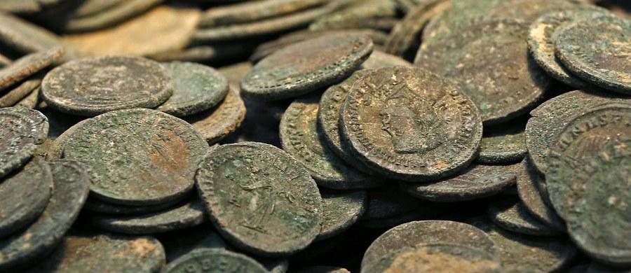 19 amfor wypełnionych rzymskimi monetami z brązu, które pochodzą z III i IV wieku, znaleźli robotnicy podczas prac kanalizacyjnych pod Sewillą - donoszą hiszpańskie media. Archeolodzy twierdzą, że 600-kilogramowy skarb ma wielką wartość historyczną.