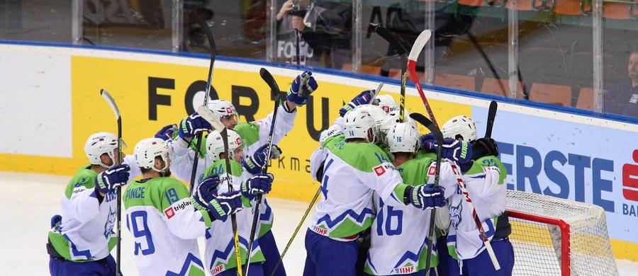 Słowenia pokonała Austrię 2:1 (1:1, 1:0, 0:0) w piątkowym meczu hokejowych mistrzostw świata Dywizji 1A rozgrywanych w katowickim Spodku. Taki wynik pozbawił szans biało-czerwonych na awans do elity. W przyszłym roku oprócz Słoweńców mogą w niej zagrać Włosi.