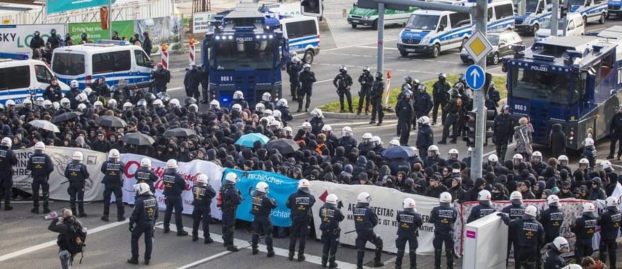 Niemiecka policja zatrzymała ok. 400 demonstrantów. Wśród nich są lewicowi aktywiści, którzy protestowali dziś w Stuttgarcie na rozpoczynającym się zjeździe antyislamskiej, prawicowej partii Alternatywa dla Niemiec (AfD). Demonstrujący palili opony, blokowali autostradę i drogę dojazdową do terenu Targów Stuttgarckich, gdzie miał się rozpocząć zjazd AfD.