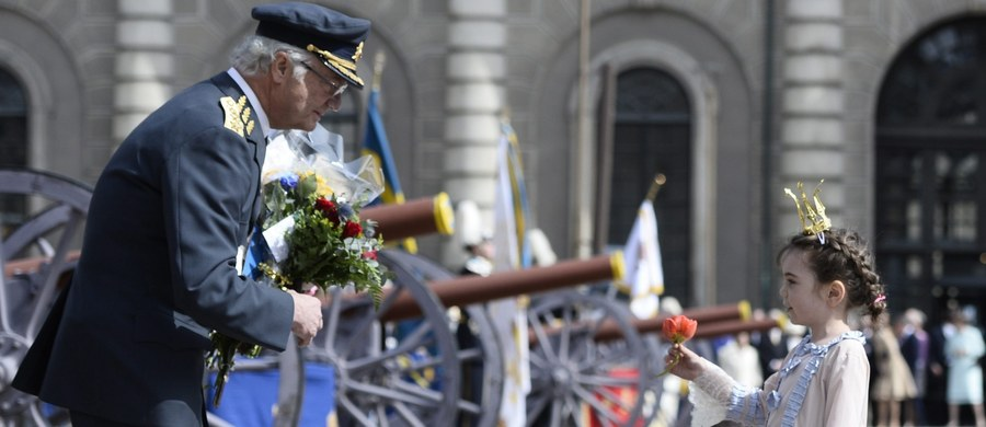 Szwedzi świętowali w sobotę 70. urodziny swego króla, Karola XVI Gustawa. Pośród rozlicznych uroczystości największe zainteresowanie wzbudził jednak nie solenizant, lecz jego wnuczęta - czteroletnia Estelle i dwumiesięczny Oscar.