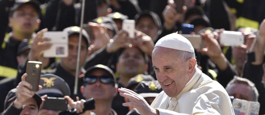 Papież Franciszek zaapelował o przerwanie działań wojennych w Syrii. Podczas spotkania z wiernymi na południowej modlitwie w Watykanie mówił o tragicznej sytuacji w mieście Aleppo, gdzie w niedawnym ataku na szpital zginęło kilkadziesiąt osób. Pozdrowił też obecnych na placu Świętego Piotra przedstawicieli włoskiego stowarzyszenia Meter, walczącego od 1989 roku z pedofilią i z wszelkim wykorzystywaniem dzieci.