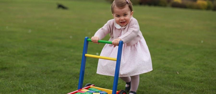 Pałac Kensington opublikował nowe zdjęcia księżniczki Charlotte z okazji jej pierwszych urodzin, które obchodzić będzie 2 maja. Autorką fotografii jest jej mama - księżna Kate.