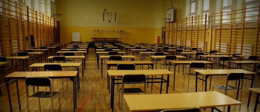 Egzaminem pisemnym z języka angielskiego sesję maturalną rozpoczęli polscy maturzyści, którzy chcą uzyskać międzynarodową maturę - International Baccalaureate (IB). W Polsce zdaje ją kilkuset uczniów, na całym świecie ponad 50 tysięcy. Maraton egzaminacyjny dla zdających polską maturę rusza 4 maja. Chwilę po tym, jak CKE opublikuje arkusze egzaminacyjne, na RMF24 opublikujemy rozwiązania zadań przygotowane przez ekspertów.