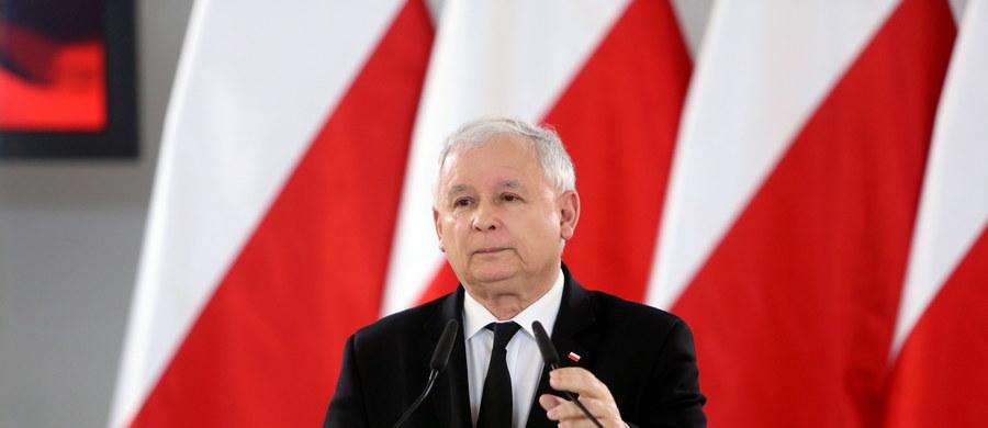 """Zmiana konstytucji jest potrzebna, by Polska stała się krajem bezpieczeństwa, wolności, sprawiedliwości i równości - mówił w Dniu Flagi prezes PiS Jarosław Kaczyński. Zapowiedział, że Prawo i Sprawiedliwość w kwestii Trybunału Konstytucyjnego """"pójdzie własną drogą""""."""