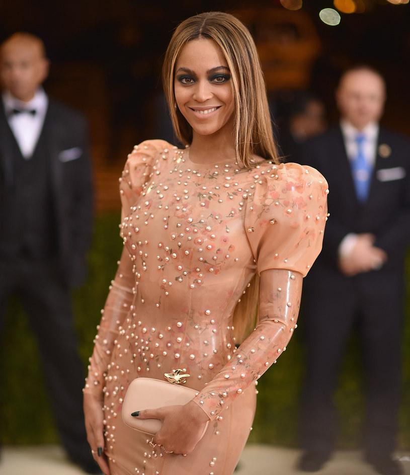 Beyonce była jedną z najbardziej rozchwytywanych gwiazd na gali Met. Komentujący całe wydarzenie szybko dostrzegli, że Beyonce tym razem na imprezie pojawiła się bez Jaya Z. Beyonce zrobiła sobie natomiast zdjęcie z Ritą Orą.