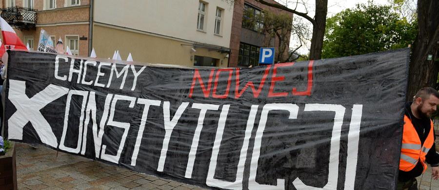 Jeśli PiS chce pracować nad projektem konstytucji państwa autorytarnego, to my w tym brać udziału nie będziemy - mówili w środę posłowie PO. Po raz kolejny zwrócili się o zaprzysiężenie 3 sędziów TK wybranych w poprzedniej kadencji Sejmu i publikację orzeczeń Trybunału.