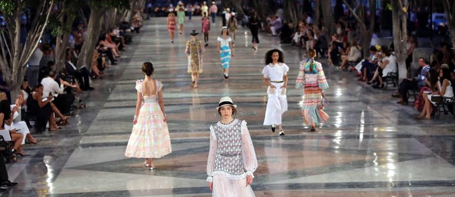 Pierwszy od rewolucji komunistycznej w 1959 roku międzynarodowy pokaz mody w Hawanie, zorganizowany przez słynny francuski dom Chanel, odbył się we wtorek wieczorem. Jedną z promenad stolicy Kuby przekształcono w tym celu w wybieg dla modelek.