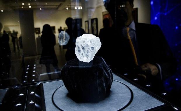 Olbrzymi diament, wielkości piłeczki tenisowej, który może osiągnąć cenę ponad 70 milionów dolarów, pojawi się na aukcji w domu Sotheby's w Londynie w ostatnich dniach czerwca - podał w środę dom aukcyjny.