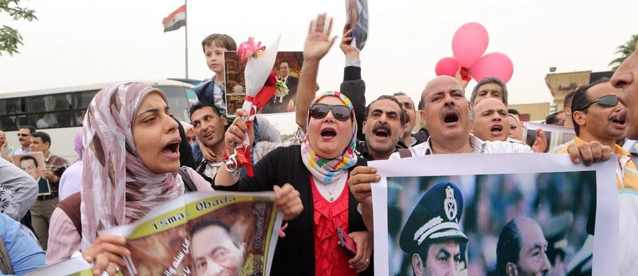 """Egipski sąd uniewinnił w środę byłego premiera z czasów Hosniego Mubaraka, Ahmeda Nazifa, na którym ciążyły zarzuty korupcyjne. Tego samego dnia na sześć miesięcy więzienia skazana została za """"obrazę wymiaru sprawiedliwości"""" działaczka praw człowieka."""
