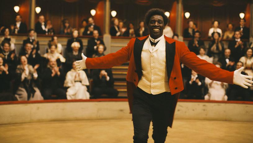 """""""Chocolat"""" to prawdziwa historia niezwykłego człowieka - pierwszego czarnoskórego klauna, który święcił triumfy we Francji na przełomie XIX i XX wieku. Fascynująca opowieść o przyjaźni, kulisach show-biznesu i przełamywaniu stereotypów. W roli głównej Omar Sy - gwiazda uwielbianych na całym świecie """"Nietykalnych"""". Film wejdzie do kin 1 lipca."""