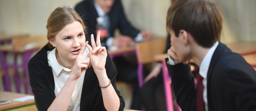 Bardzo łatwa matura - mówili zgodnie po wyjściu z egzaminu maturzyści z liceum w Węgorzewie w województwie warmińsko-mazurskim. Maturę z matematyki na poziomie podstawowym pisało w czwartek blisko 350 tysięcy abiturientów. Egzamin ten jest bowiem obowiązkowy. Na RMF24 publikujemy arkusze zadań wraz z propozycją rozwiązań.