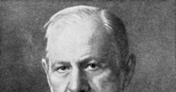 Sigmund Freud urodził się 6 maja 1856 roku w Priborze na terenie dzisiejszych Czech. Jest twórcą psychoanalizy. To dziedzina psychiatrii, która zajmuje się rozwiązywaniem problemów drzemiących w ludzkiej podświadomości. Polega na interpretowaniu snów, marzeń i swobodnych skojarzeń. Freud był Austriakiem. W 1938 roku osiedlił się w Wielkiej Brytanii. Zamarł rok później w Londynie.