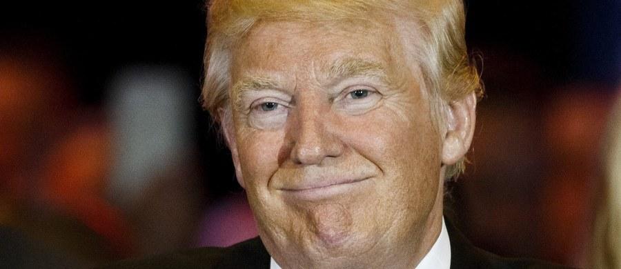 """Jesienią 2015 roku, kilka tygodni po tym, jak Donald Trump zapowiedział start w wyborach prezydenckich, obecny gubernator stanu New Jersey Chris Christie, któremu wówczas też marzyła się nominacja Partii Republikańskiej, żalił się siedząc na kanapie w studiu telewizyjnym, że on, a także inni kandydaci startujący w wyścigu, nie są w stanie przebić się w mediach, ponieważ dziennikarze non stop relacjonują to, co mówi Donald Trump, robiąc mu darmową reklamę. W lutym Christie wycofał się z walki o nominację i udzielił poparcia Trumpowi, którego wcześniej - podobnie jak inni kandydaci - namiętnie krytykował. Dziś Chris Christie dzielnie stoi na wiecach za miliarderem, a media spekulują na temat tego, czy i kiedy Donald Trump przedstawi go jako swojego kandydata na wiceprezydenta. Zanim inni kandydaci Partii Republikańskiej wycofali się z wyścigu, Donald Trump mówił o sobie tak: """"Myślę, że jedyna różnica między mną a innymi kandydatami polega na tym, że ja jestem bardziej szczery, a moje kobiety piękniejsze"""". Sylwetkę kontrowersyjnego miliardera, który może zostać prezydentem Stanów Zjednoczonych - na RMF24 opisuje amerykański korespondent RMF FM Paweł Żuchowski."""
