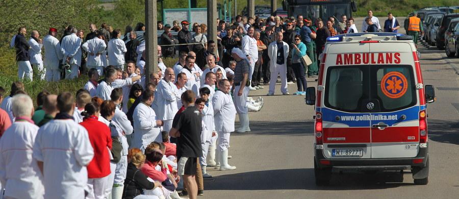 Kilkanaście osób trafiło do szpitala, a kilkaset trzeba było ewakuować, po wycieku amoniaku w zakładach mięsnych Indykpol w Olsztynie. Strażacy zlokalizowali już miejsce, skąd wydobywał się amoniak. Informację o wycieku dostaliśmy od naszego słuchacza – na Gorącą Linię RMF FM.