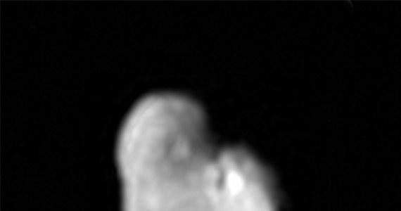 Najnowsze dane, przesłane przez sondę New Horizons wskazują, że na powierzchni najbardziej oddalonego od Plutona księżyca, Hydry są znaczne ilości wodnego lodu. To potwierdza podejrzenia astronomów, którzy na wcześniej przesłanych zdjęciach zwracali uwagę, że jej powierzchnia silnie odbija światło słoneczne. Badacze podejrzewają, że powierzchnia Hydry wydaje znacznie czystsza, niż powierzchnia największego z księżyców Plutona, Charona, bo mały obiekt ma znacznie mniejszą grawitację.