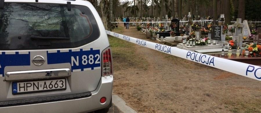 Broń, amunicję i materiały wybuchowe znaleziono w jednej z mogił na cmentarzu centralnym w Siedlcach. Na miejsce przyjechali saperzy. Nekropolię trzeba było zamknąć.