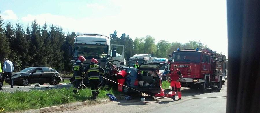 Na S6 pod Nowogardem w kierunku Płotów w Zachodniopomorskiem ciężarówka zderzyła się samochodem osobowym. Informację i zdjęcia z miejsca zdarzenia dostaliśmy na Gorącą Linię RMF FM.