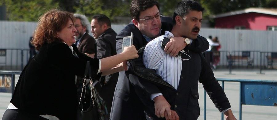 Uzbrojony napastnik próbował postrzelić tureckiego dziennikarza Cana Dunbara przed sądem w Stambule, gdzie toczy się jego proces o ujawnienie tajemnic państwowych. Dundarowi nic się nie stało, ale reporter relacjonujący proces został ranny w nogę.