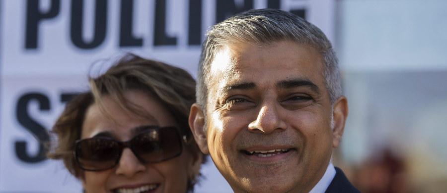 Kandydat Partii Pracy Sadiq Khan zwyciężył w wyborach burmistrza Londynu - poinformowała w piątek telewizja Sky News, powołując się na własne obliczenia. Khan, zwolennik pozostania Wielkiej Brytanii w UE, pokonał kandydata konserwatystów Zaca Goldsmitha.