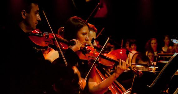 Byłem w ostatnim czasie na kilku koncertach muzyki klasycznej i muszę przyznać, że ich właściwy odbiór wciąż zakłócały mi kotłujące się w głowie myśli o tym, jak ubrani są muzycy... Dress code pozostawiał tutaj naprawdę wiele do życzenia. Przypomina to sytuację, w której w miłej francuskiej knajpce do wspaniałego pasztetu albo policzków wołowych odtwarza się dzikie techno. Apetyt można stracić od razu.