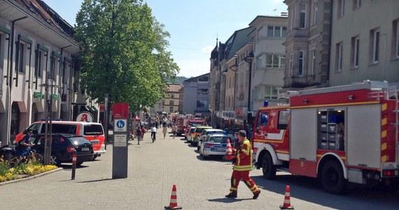 Do tego tragicznego zdarzenia doszło w niemieckiej miejscowości Bad Säckingen. 84-latek najwyraźniej pomylił pedały i jechał w grupę ludzi siedzących przy kawiarnianych stolikach rozstawionych na chodniku. Zginęły dwie osoby, a wiele zostało rannych.
