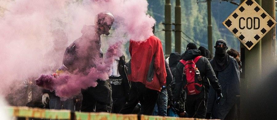 18 włoskich policjantów i karabinierów odniosło obrażenia na przełęczy Brenner podczas starć z 500 anarchistami manifestującymi przeciwko zamknięciu granicy przez Austrię. Wiedeń postanowił ją uszczelnić z obawy przed napływem migrantów od strony Włoch. Kilkunastu najbardziej agresywnych uczestników zajść aresztowano.