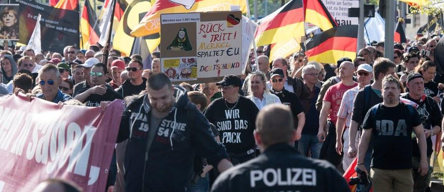 Ponad tysiąc zwolenników prawicy protestowało w sobotę w Berlinie przeciw przyjmowaniu przez Niemcy imigrantów, domagając się ustąpienia ze stanowiska kanclerz Angeli Merkel. W dwóch kontrdemonstracjach uczestniczyło 7 tys. osób wspierających politykę rządu.