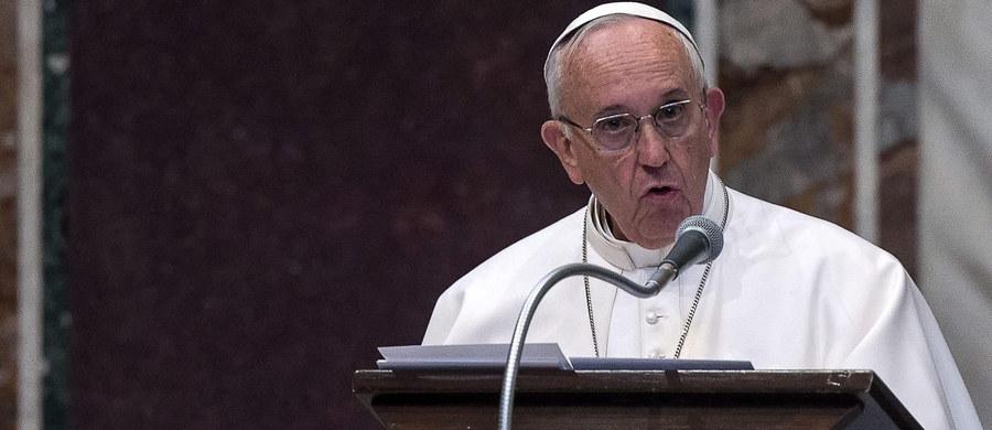 Papież Franciszek udzielił specjalnego błogosławieństwa użytkownikom internetu. Jego krótki, odręcznie pisany list opublikowano na papieskim profilu na Twitterze i Instagramie.